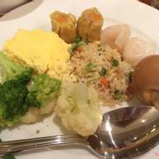 Cơm chiên, trứng sữa, trứng luộc, súp lơ và dimsum