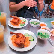 Lần đầu tiên ăn tại đây, có thể nói món cơm gà ở đây ăn rất ngon. Cơm ngon, thịt gà thì nóng hổi và giòn, gia vị vừa miệng. Giá cả rẻ ❤️
