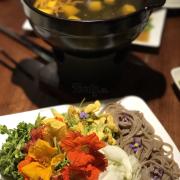 Lẩu hoa theo mùa. Lạ và khá ngon. Ăn với mì soba tươi ngon.