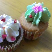 Bánh mini cupcake của Eugene, 9k/cái, bánh ăn vui vui và tan nhanh trong miệng. Bánh bé xíu nhưng mỗi cái đều có nhân riêng, khá lạ miệng (ngoài lớp bánh, kem bánh thì còn có nhân bánh nữa)
