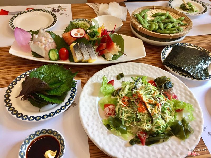 Sashimi cá trích, cá hồi, bạch tuộc, sò đỏ; salad rong biển