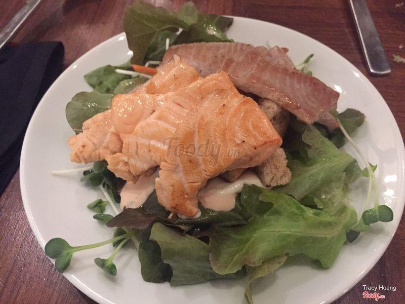 Cá hồi và salad