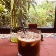 Cà phê sữa đá pha máy, mùi cafe thơm, lớp crema dầy óng ánh...Tuyệt!!!