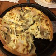 mình chọn combo gồm pizza vừa, salad cá ngừ, mì ý sốt cà. Hài lòng nhất pizza nóng giòn đậm vị phô mai nhưng nhân viên không được nhiệt tình cho lắm.