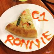 Ngon hơn Pizza Company nhiều, đế phô mai dày ăn ngon hết ý <3. Đến đây dịp đón Ronaldinho <3