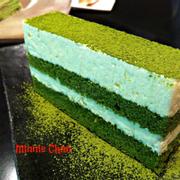 Tên món: Matcha Tiramisu  Mô tả:   Lớp kem từ sữa tươi Hokkaido, xen giữa lớp bánh bông lan thấm sốt trà xanh. Nên khi ăn bạn cảm thấy độ ẩm, mềm mịn từ bánh. Và lớp bột trà xanh. Giá: 72.000+VND