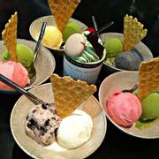 Tên món: kem gelato  Mô tả: Những viên kem gelato đủ vị: trà xanh, quả việt quất, mè đen, vani, cookie.  Giá: 25.000 + VND
