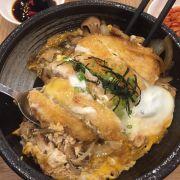 Cơm thịt heo chiên giòn và trứng