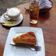 Capuchino + trà đào + bánh đốt thơm