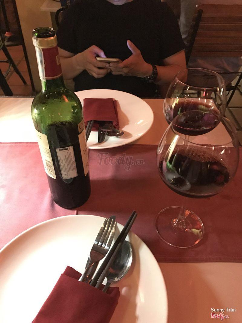 Chai rượu tính ra trong menu cũng là dạng khá cao tiền mà hihi cứ khinh như kiểu ngừoi Việt hèn
