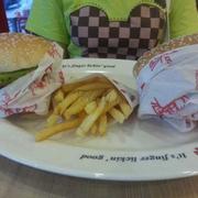 Hamburger & Khoai Tây Chiên