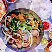 Ấm lòng khi đông về ❤️ Cá tẩm ướp vừa vặn , lòng không hề bị hôi ăn kèm với hành lá, thì là, lạc rang và bún. 🔹 Ăn xong sẽ được thêm đồ tráng miệng là bát tào phớ nước gừng 😻 Combo vừa vặn cho buổi tối mát mẻ ở Hà Nội