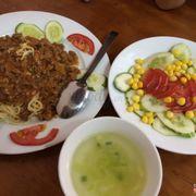 mì spaghetti sốt bò bằm + salad việt nam