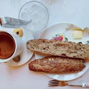 Bánh mì nâu với bơ và lipton