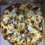 Bánh pizza phô mai nướng hơi khô và khét