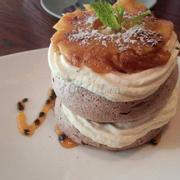 Bánh xốp chocolate với kem tươi và thơm nướng