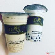 Trà sữa vị hoa nhài + trân châu đen + thạch rau câu + lô hội và trà sữa hokkaido + trân châu trắng + thạch dừa
