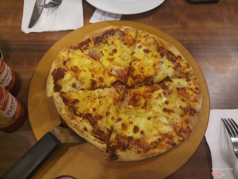 Pizza thịt nguội và thơm