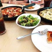 Pizza Hut mua 1 tặng 1. Salad ngon, pizza mình chọn đế dày cái hải sản ngon còn cái kia hơi mặn 🙄🙄