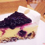 Blueberry cheese cake ở đây có vị chua thanh mê lắm. Cheese chua chua tan trong miệng, phần đế bùi bùi, mứt blueberry thơm và thanh. Đáng đồng tiền 👍🏻👍🏻