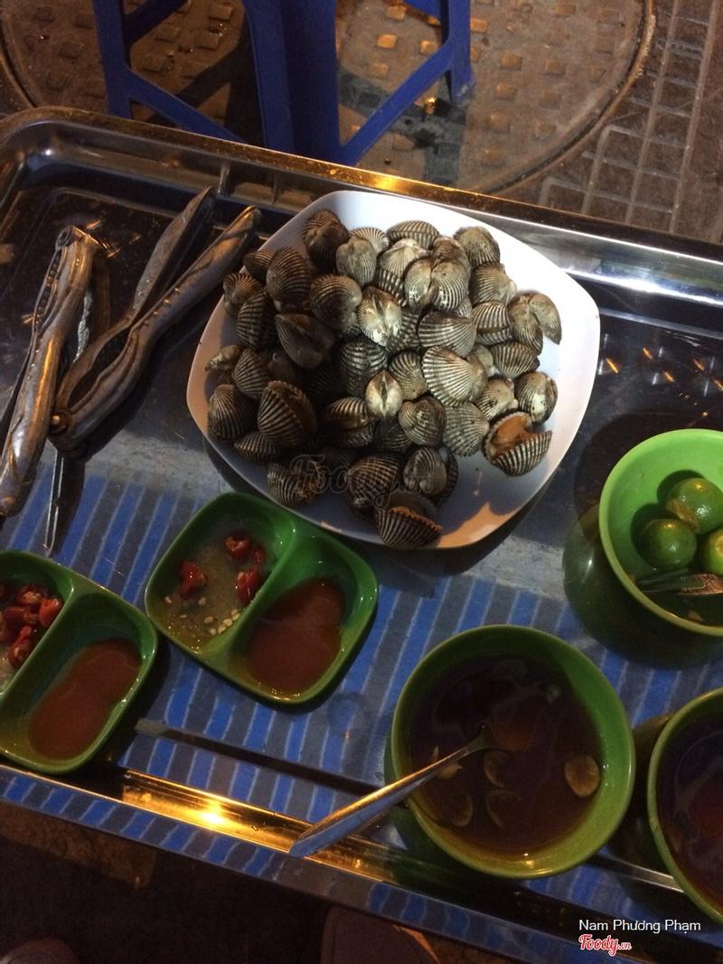 Các món khác như ốc hút, sò nướng đều 50k