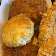 Phần gà dòn cay, bánh quy với miếng gà không xương