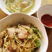 Mì xá xíu khô - Chasiu pork dry noodle, wonton soup on the side