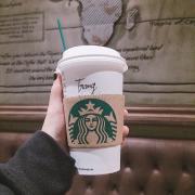 Starbuck tại IPH Cầu Giấy. Đây là green tea latte nóng rất phù hợp với mùa đông. Bên trên có kem tươi phủ. Latte thơm dịu, không quá ngọt, vị thanh. Là 1 sự lựa chọn hàng đầu của mình khi đến đây. Có 3 size cho mọi ng tuỳ chọn. Không gian cổ kính, có wifi cấp theo hoá đơn trong thời gian 1 tiếng, hết thời gian lại có thể xin tiếp. Thái độ phục vụ của nhân viên rất okie. Đánh giá 9/10