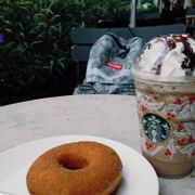 Chocolate Chip Frappuccino và Cinnamon Donut