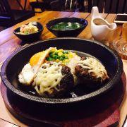 Cơm chảo bò humburgs sốt teriyaki , trứng, ăn kèm với rau củ trộn và canh nóng. Khi ăn rưới sốt teriyaki, chảo nóng sẽ xèo xèo làm sốt sệt lại và toả mùi thơm