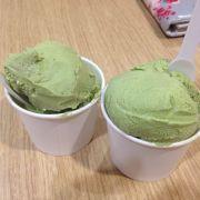 Kem trà xanh ăn khá lạ miệng, mặc dù ghi 1 viên là 12k nhưng 1 hũ 12k như thế này dc những 2 viên to <3