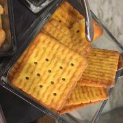 crackers ăn kèm phô mai và nho khô - number 01