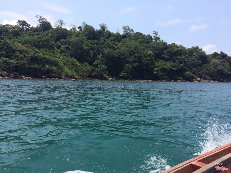 Đi thuyền ra đảo nhỏ