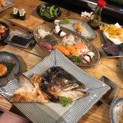 Thực sự đồ ăn quá ngon !! Nhưng quá đông phải ngồi ở góc bàn bar chỗ bếp nướng thấy vài con rán con chui ra nên quan ngại về độ sạch của nhà hàng lớn ntn !