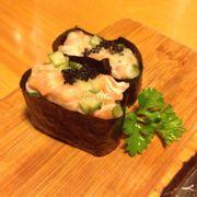 sushi cuộn sốt cá hồi