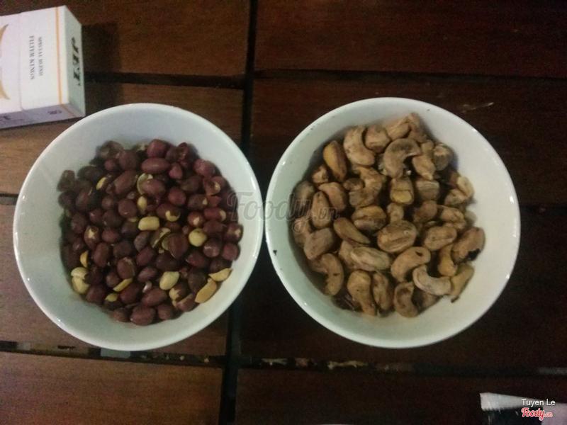 Đậu phộng và hạt điều có sẵn trên mỗi bàn