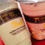 PINK TEA 😂 Không bao h quay lại 🙃 quán nằm gần rạp đại đồng hà đông . Mở khá lâu rồi nhưng hôm nay mình mới ghé mua để uống vì thấy rất nhiều các e hs vào. Đầu tiên mình thấy logo khá quen hoá ra là nhái của DING TEA :)) mà cái này bỏ qua đi :)) mình có gọi 1 Trà sữa bạc hà thạch dừa + 1 trà sữa scl thạch dừa đều sz L nhưng khi nhận đc đồ thì nhìn cốc như sz S vậy 😅 về uống thì ôi thôi . Thật sự MAX NGỌT . Chưa bh mình uống trà sữa ở đâu lại ngọt đến nthe :( thất vọng lần 1 . Trân châu k có gì đặc biệt,topping là thạch dừa thì chả hiểu quán làm thạch dừa kiểu gì 😔 kiểu như là thạch nó loãng loãng mà k biết diễn tả ntn :)) nó k giống thạch dừa mình hay uống ở DING TEA . Ncl chắc hợp vs các bé teen và mình thì già r :))