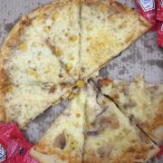 bên trên là pizza bò, bên dưới là pizza hải sản nhé