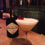 Món này tên The Forbidden Lady, mượn a chủ chai rượu chụp cho ngầu, rượu nền món này là Hendrick Gin luôn á