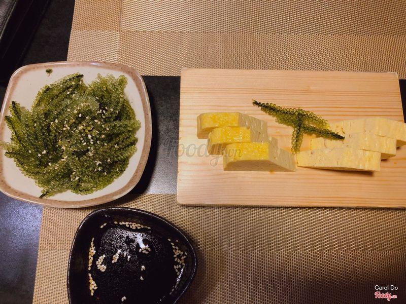 Trứng kèm tương dashi, lấy rong nho nhúng tương này cũng ngon.