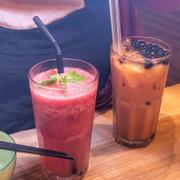 Chanh & dưa hấu đá xay (55k) 🍃 Hồng trà sữa trân châu (55k)