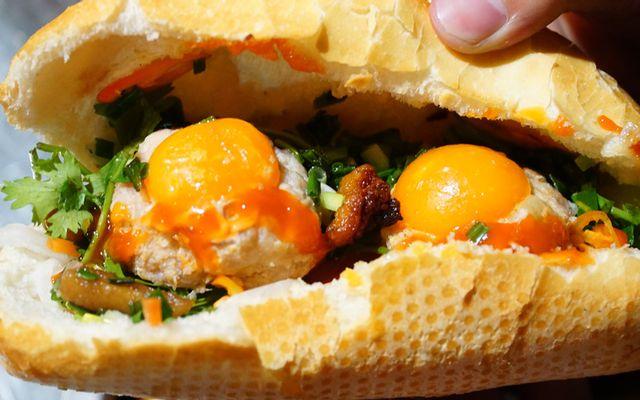 Bánh Mì Xíu Mại Trứng Muối 3 Hưng