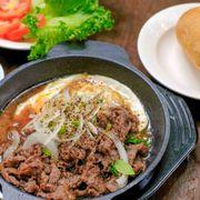 Bò xào trứng ăn kèm với bánh mì và rau xà lách cà chua. Thịt bò mềm xào với nước sốt đặc biệt nên chấm bánh mì ăn ghiền luônn