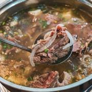 Lẩu Sườn Bò xuất sắc với phần thịt Sườn to mềm không dai, ngoài sườn còn có full topping về bò như Bò Viên, Gân bò, thịt nạm, thịt tái,...Ăn no vật vã giá chỉ từ 250k!!