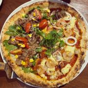 Pizza half half salach bò hải sản
