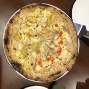 Pizza half half cá hồi trứng cá hồi và sầu riêng