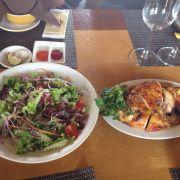 Gà nưong và salad