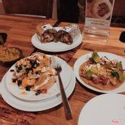 """Nachos, Burrito, Taco, số 6 Từ Hoa Công Chúa, Tây Hồ, Hà Nội. Là 1 nơi cực cực kì không thể bỏ qua cho các bạn tín đồ đồ ăn Mexico. 1 bữa này của bọn mình ăn 2 người ăn/300k. Bản thân mình không nghĩ nó rẻ đến mức này vì đồ ăn + cách trang trí quán đã khiến mình ban đầu tưởng 1 quán giá """"chát"""". Khi gọi Nachos các bạn nhớ gọi kèm vs mango salsa và guacamole nhé best seller đấy ^^"""