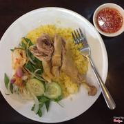 Ăn cũng ngon ấy, gà mềm, vị miền trung dễ ăn, nhưng cơm hơi ít. Bạn nữ ăn thì hợp, còn nam thì chắc kiếm gì ăn thêm