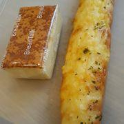 Bánh bông lan phô mai và Bánh mì nhân phô mai